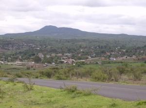 Ziquítaro, paisaje con Cerro del Metate al fondo